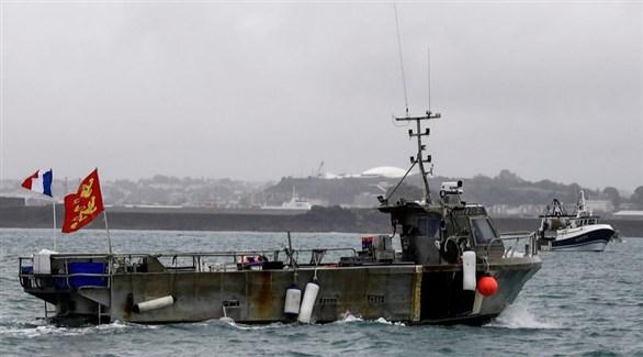سفينتان فرنسيتان أمام ميناء جيرسي البريطانية في قناة المانش (تويتر)
