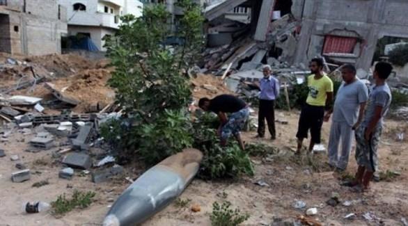 فلسطينيون في غزة أمام قذيفة إسرائيلية لم تنفجر (أرشيف)