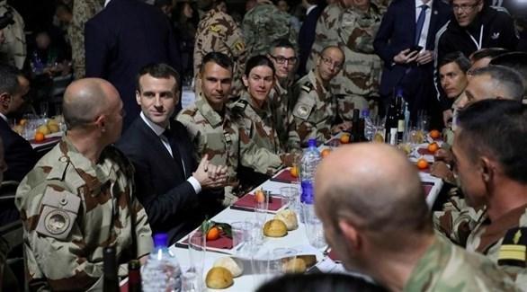 الرئيس الفرنسي إيمانويل ماكرون وسط جنوده المشاركين في