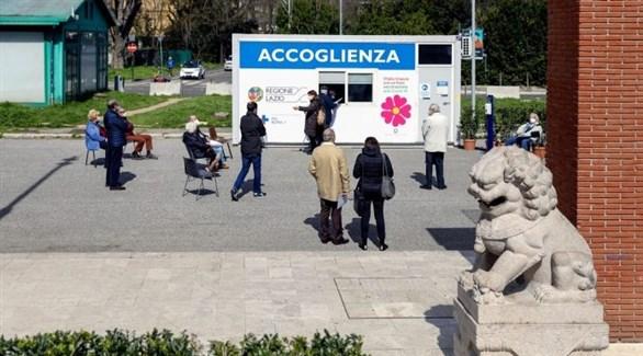 إيطاليون أمام مكتب للتسجيل للحصول على تطعيم ضد كورونا في مقاطعة لازيو (أرشيف)