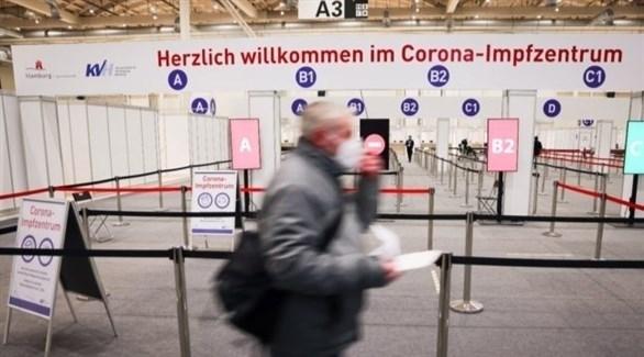 ألماني في مركز للتطعيم ضد كورونا (أرشيف)