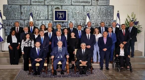 الرئيس الإسرائيلي رؤوفين ريفلين يتوسط زعيمي الائتلاف الحكومي يائير لابيد ونفتالي بينيت (تويتر)