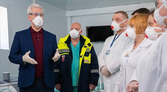 رئيس بلدية موسكو سيرغي سوبيانين مع أطباء في مركز صحي لمكافحة كورونا (أرشيف)