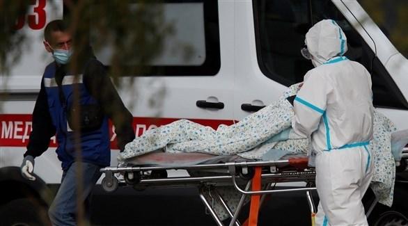 نقل مريضة بفيروس كورونا لأحد سيارات الإسعاف في روسيا (أرشيف)