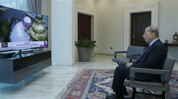 عون متابعاً مراسم الاستقبال داخل الفاتيكان من قصر الرئاسة في لبنان (دالاتي ونهرا)