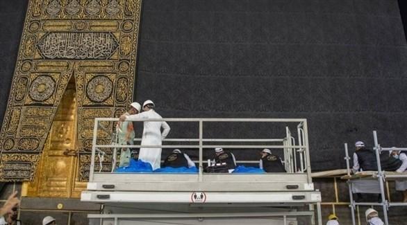 موظفون من الرئاسة العامة لشؤون الحرمين يرفعون ثوب الكعبة المشرفة (واس)