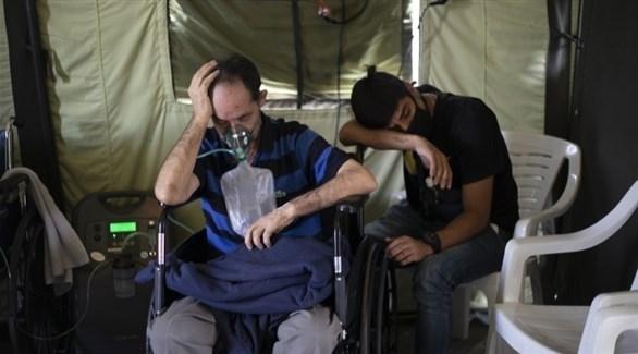 مريض بكورونا يتنفس أوكسجيناً صناعياً في خيمة بفنزويلا (أرشيف)