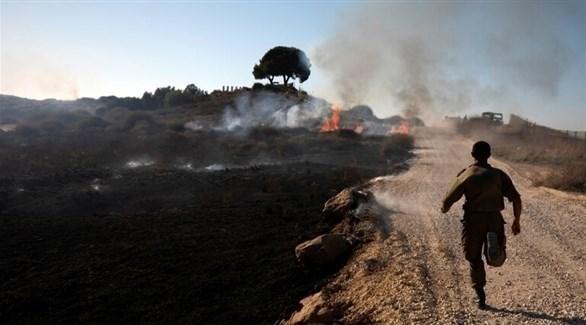 جندي إسرائيلي في منطقة شهدت حرائق بسبب بالونات حارقة (أرشيف)