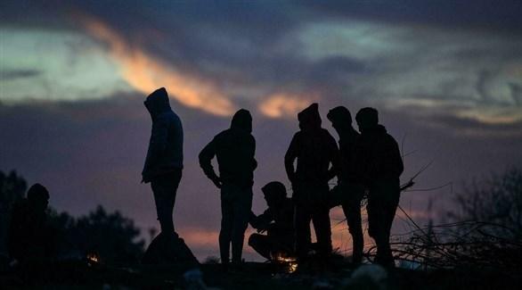 مجموعة من الأشخاص عند المغيب (تعبيرية)