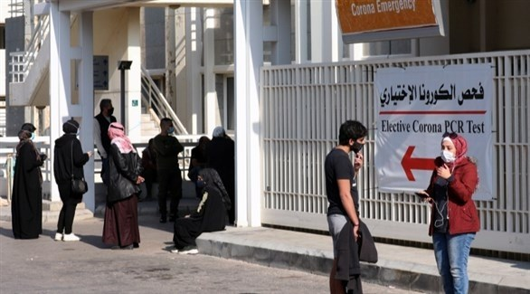 أشخاص ينتظرون أمام أحد المراكز المتخصصة بفحص كورونا في بيروت (أرشيف)