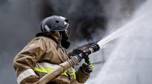 رجل إطفاء يعمل على إخماد حريق في روسيا (سبوتنيك)