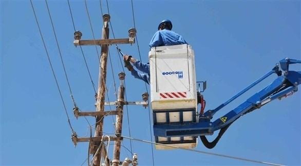 عمال صيانة للشبكة الكهربائية في العراق (أرشيف)