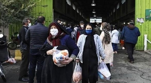 إيرانيون يرتدون الكمامات وسط طهران (أرشيف)