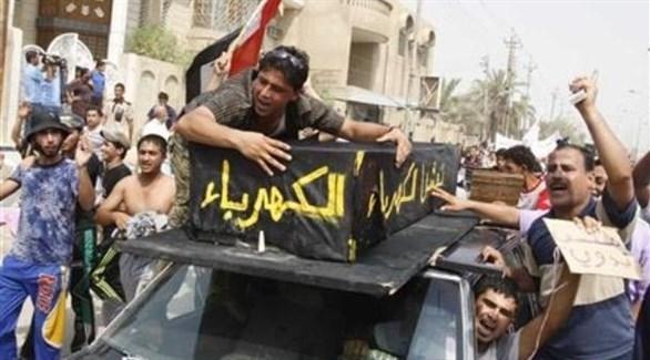 عراقيون يحتجون على انقطاع الكهرباء (تويتر)
