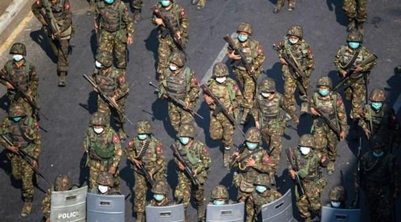 عناصر من الجيش في ميانمار أمام تظاهرة في البلاد (أرشيف)