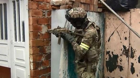 جندي في قوة مكافحة الإرهاب خلال الاشتباكات مع الإرهابيين (تاس)