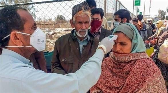 باكستانيون يخضعون لفحص للكشف عن الحرارة (أرشيف)