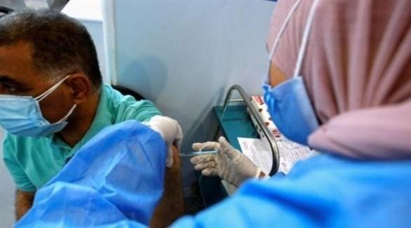 مواطن عراقي يتلقلى جرعة من لقاح مضاد لكورونا (أرشيف)