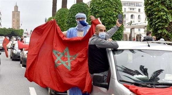 أشخاص يرفعون العلم المغربي (أرشيف)