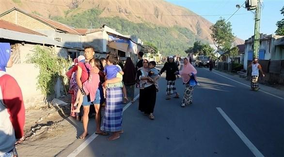 إندونيسيون يخلون منازلهم جراء الزلزال (أ ف ب)
