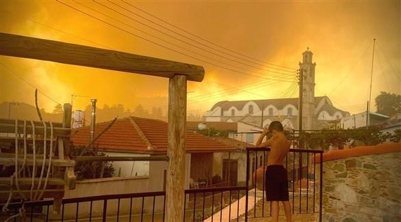 طفل يظهر أمام مظهر عام لقبرص وسط الحرائق (سايبرس مايل)