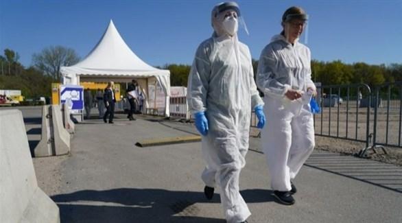 عاملان صحيان أمام أحد المراكز الميدانية في ألمانيا (أرشيف)