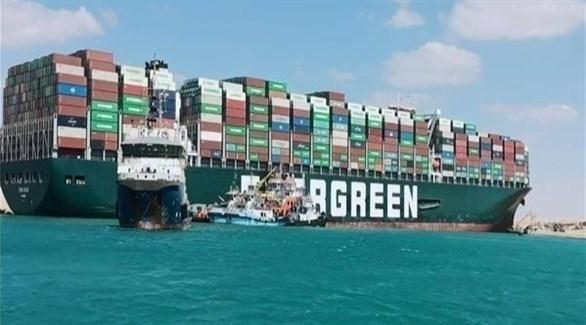 سفينة قطر مصرية تجر باخرة الشحن إيفر غيفين (أرشيف)