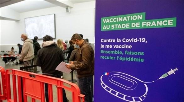 فرنسيون في مركز للتطعيم في باريس (أرشيف)