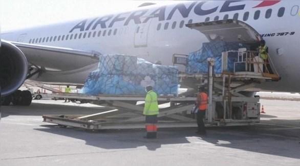 عمال في مطار نواكشوط يفرغون طائرة فرنسية من حمولة اللقاحات (تويتر)