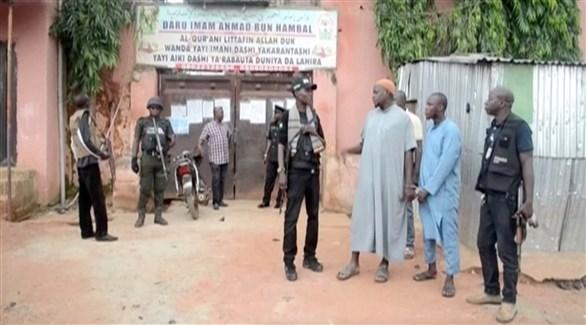 عناصر من الشرطة أمام مدرسة إسلامية في نيجيريا (أرشيف)