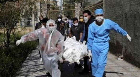إيرانيون ينقلون أحد ضحايا كورونا لدفنه (أرشيف)