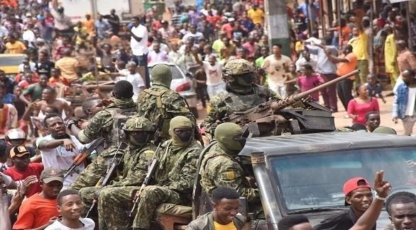 جنود غينيون وسط الحشود في كوناكري العاصمة (أرشيف)