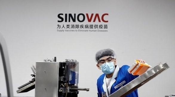 عامل في أحد مصانع سينوفاك الصينية لإنتاج اللقاحات (أرشيف)