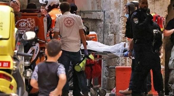 عناصر إسرائيلية تنقل جثة الشاب الفلسطيني (إعلام إسرائيلي)