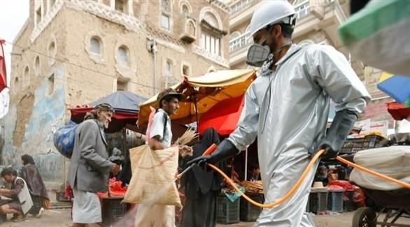 يمني يعقم إحدى الشوارع (أرشيف)