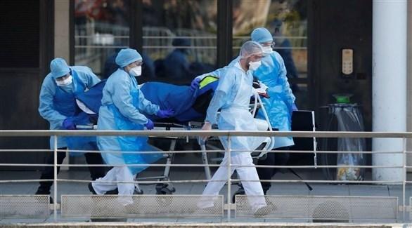 مسعفون ينقلون مريضاً بفيروس كورونا في فرنسا (أرشيف)