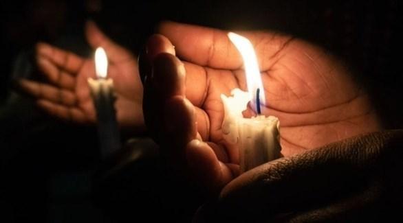 السهر على ضوء الشمع في زيمبابوي (بلومبرغ)