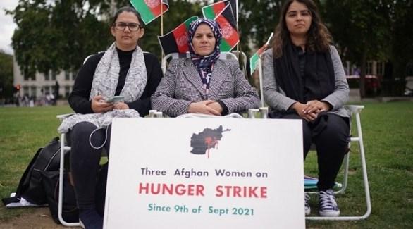 المضربات الثلاث عن الطعام أمام البرلمان البريطاني (تويتر)