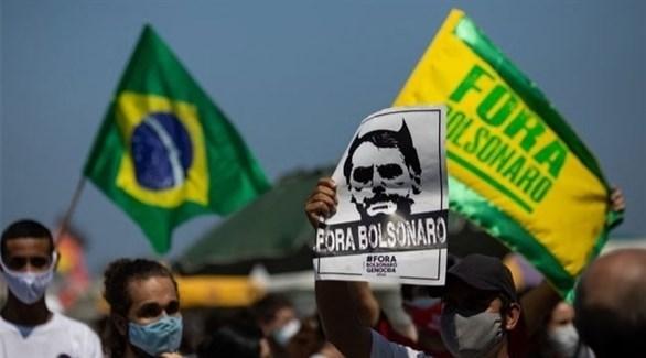 متظاهرون يحملون صوراً معارضة لجاير بولسونارو (منصات التواصل)
