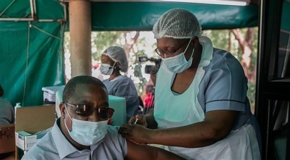 ممرضة تطعم زيمبابوياً ضد كورونا (أرشيف)