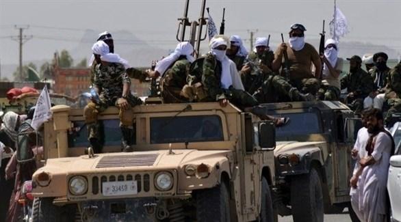 مسلحون من حركة طالبان بعد الاستيلاء على مركبات عسكرية أمريكية (أرشيف)