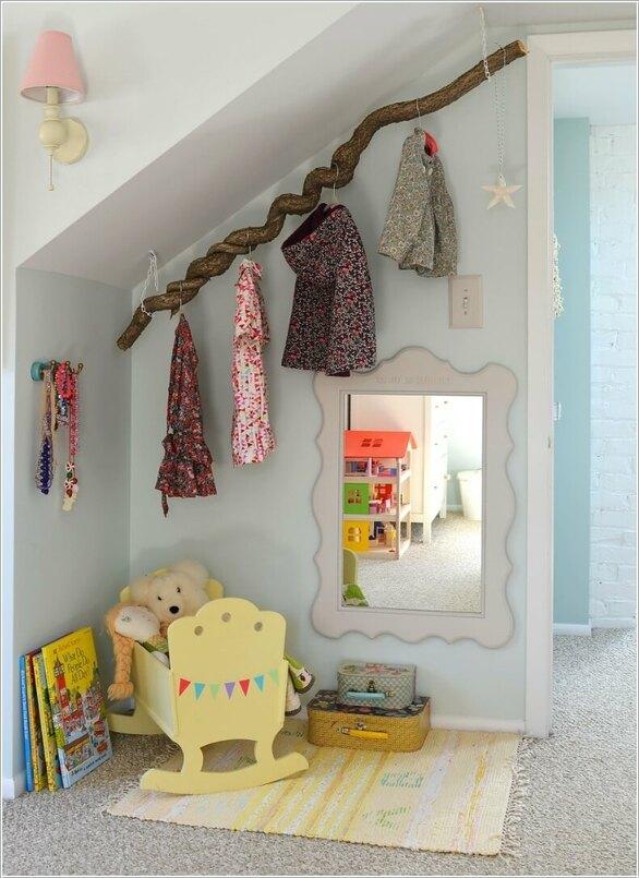 f58f30545c646 2- تثبيت جذع شجرة صغير على السقف أو الجدار، واستخدامه لتعليق الملابس.