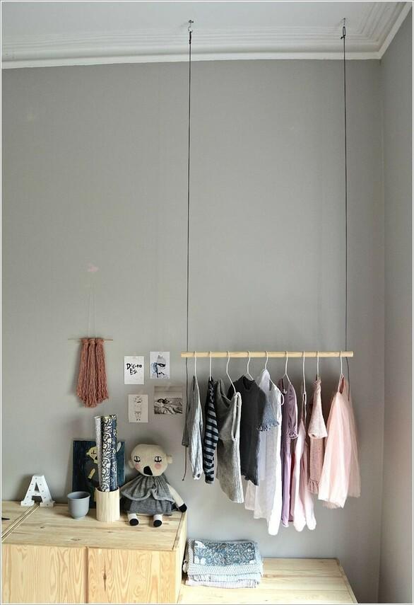 bddadac21ff11 8- تصميم رف لتعليق الملابس بسهولة، عن طريق تعليق قضيب من الخشب بأسلاك  متدلية من السقف.