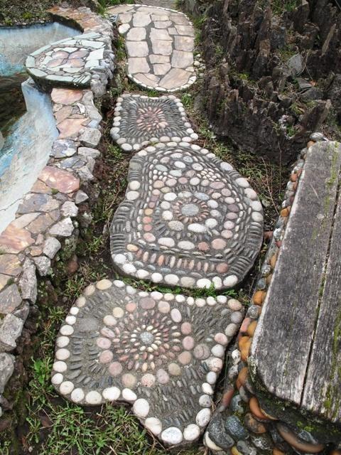 10 أفكار لرصف الحديقة المنزلية بالحجارة الملونة