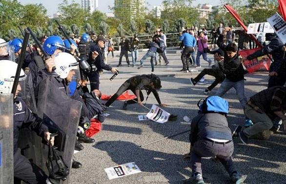 بالصور: مواجهات بين الشرطة التركية ومتظاهرين في ذكرى اعتداء أنقرة  بالصور: مواجهات بين الشرطة التركية ومتظاهرين في ذكرى اعتداء أنقرة  بالصور: مواجهات بين الشرطة التركية ومتظاهرين في ذكرى اعتداء أنقرة