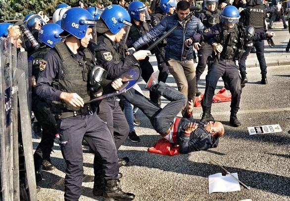 بالصور: مواجهات بين الشرطة التركية ومتظاهرين في ذكرى اعتداء أنقرة  بالصور: مواجهات بين الشرطة التركية ومتظاهرين في ذكرى اعتداء أنقرة