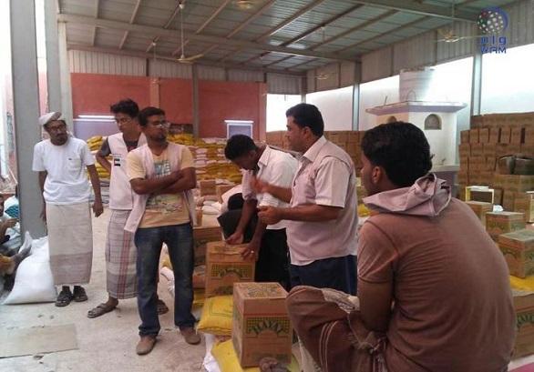 الهلال الأحمر الإماراتي يوزع 4500 سلة غذائية في المكلا بحضرموت  الهلال الأحمر الإماراتي يوزع 4500 سلة غذائية في المكلا بحضرموت