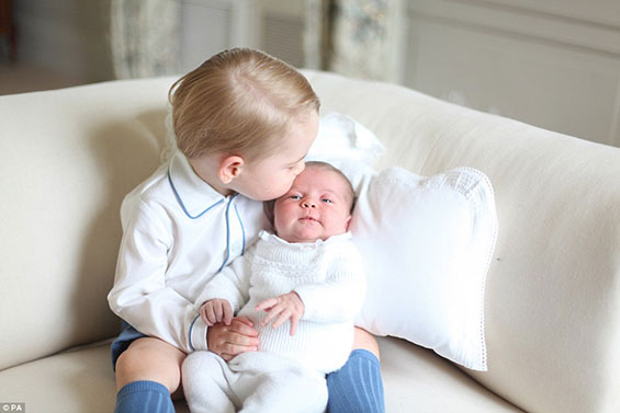 أول صور للأميرة تشارلوت في أحضان الأمير جورج