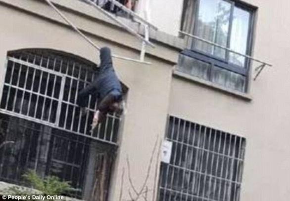 بالصور: حبل غسيل ينقذ تسعينياً سقط من شرفة منزله  بالصور: حبل غسيل ينقذ تسعينياً سقط من شرفة منزله