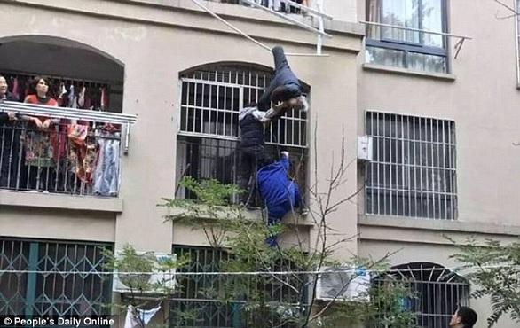 بالصور: حبل غسيل ينقذ تسعينياً سقط من شرفة منزله  بالصور: حبل غسيل ينقذ تسعينياً سقط من شرفة منزله  بالصور: حبل غسيل ينقذ تسعينياً سقط من شرفة منزله